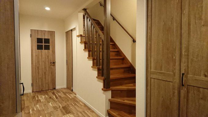 新築戸建て・玄関から階段を見た様子