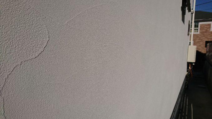 新築ジョリパット外壁・白・左官仕上げ(マイルドプラスターランダム)をアップで撮影