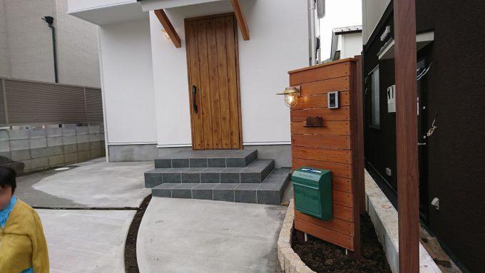玄関土間と同じタイルを玄関アプローチにも使用