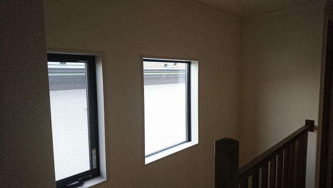 新築戸建て・2階階段吹き抜け部分のFIX窓と縦すべりだし窓・採光の様子