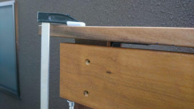 ウッドフェンスDIY:フェンス上部に笠木設置イタウバ材厚さ20mmの笠木
