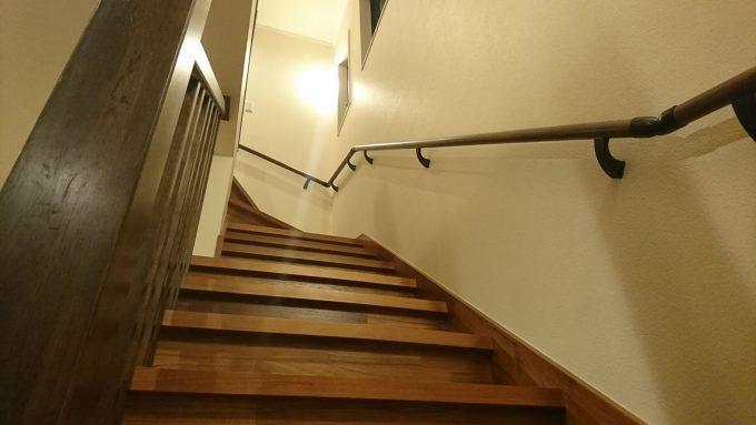 新築注文住宅・ボックス階段1階から2階を見上げた写真