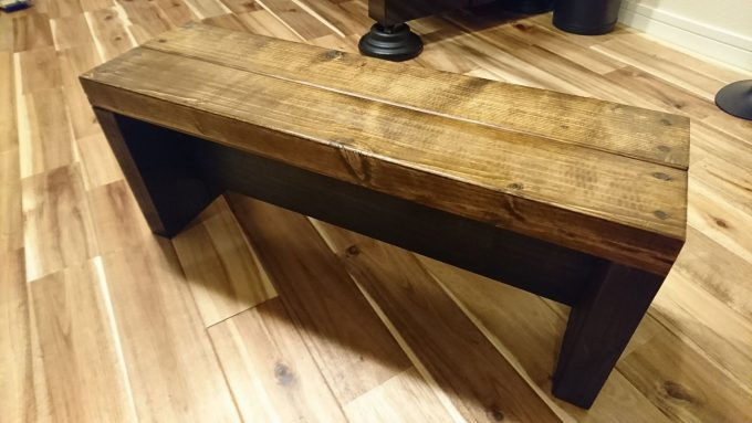 SPF製子供用ベンチ兼小物置き完成・木ダボ切断失敗の傷をヤスリがけとオイルステイン塗装で隠す