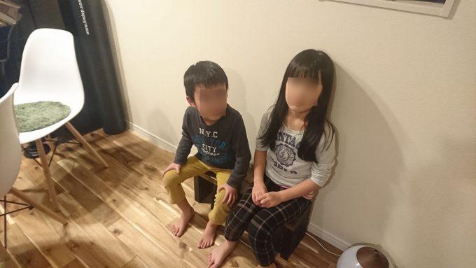 完成したSPF製子供用ベンチに座る娘と息子