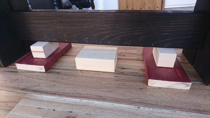 SPF製・子供用ベンチ兼小物置きの組み立て工程・補強用部材の高さ調整