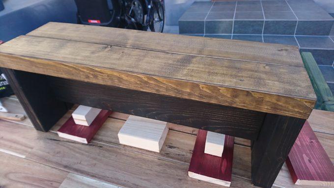 子供用の小さなベンチ兼小物置き