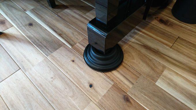 新築リビングにアップライトピアノ設置地震対策インシュレーター