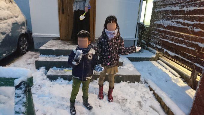 今年初の降雪・玄関アプローチではしゃぐ子供たち