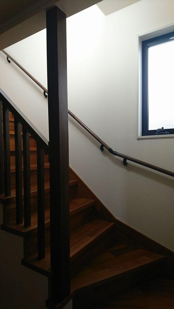 昼の玄関ホールの採光状況・明るさチェック・階段の窓からの採光