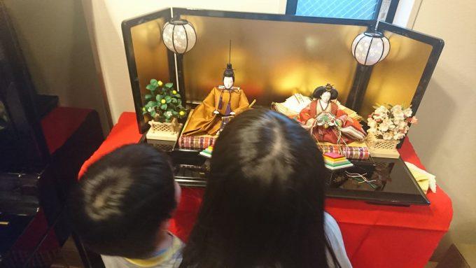 新築戸建て・雛飾りと子供たち