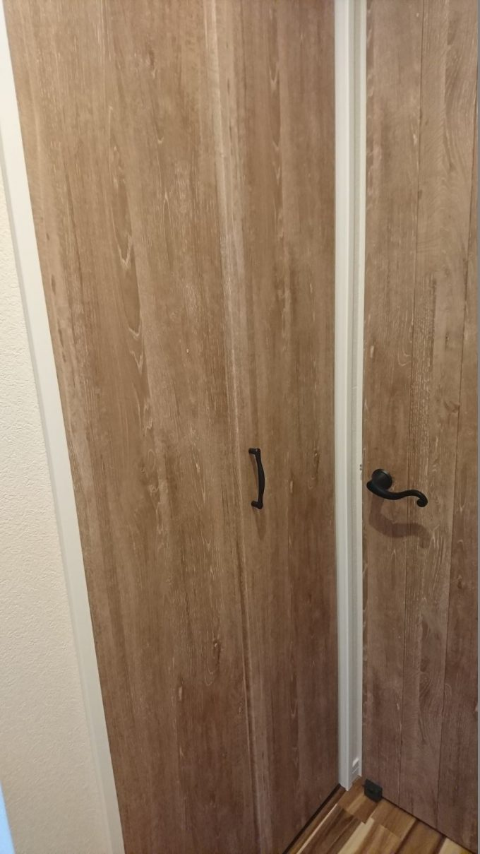 2階廊下0.5畳の狭い収納・扉は折れ戸を採用