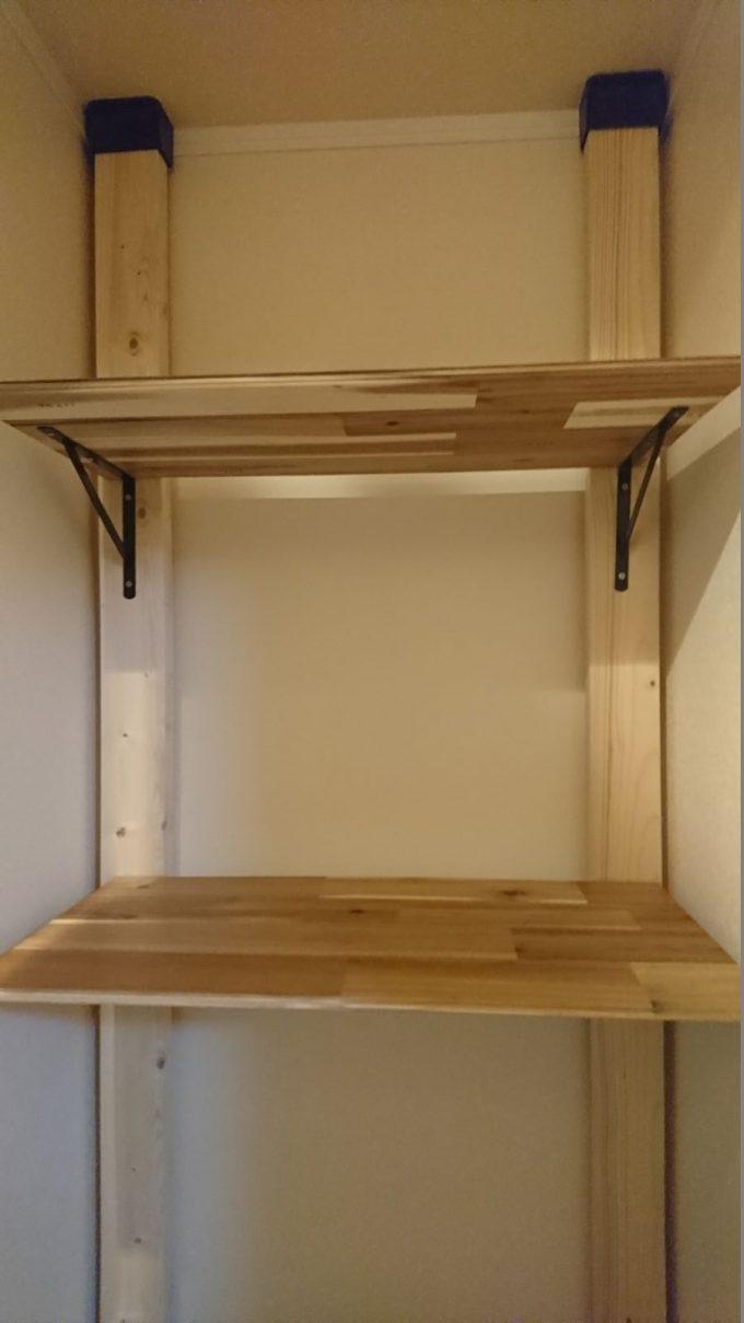 2階廊下0.5畳の狭い収納スペースを有効活用!ディアウォールで棚を自作!棚板はアカシアの床材の余りを使用2