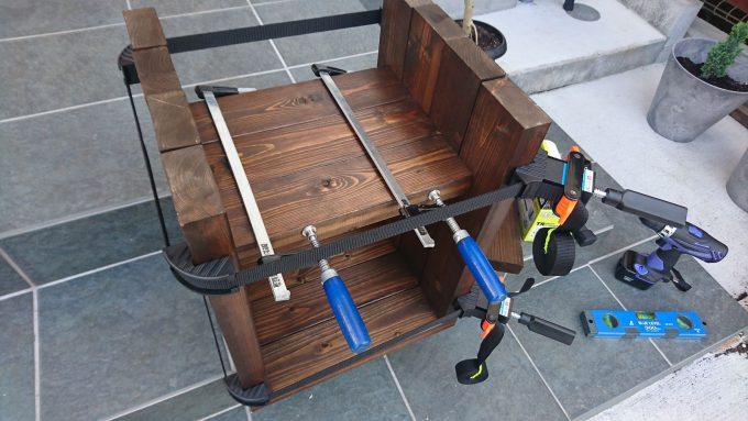 【DIY】寝室のナイトテーブルをSPFで作成・ベルトクランプとF字クランプを併用して固定&組み立て上から撮影