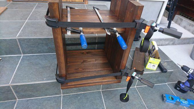 【DIY】寝室のナイトテーブルをSPFで作成・ベルトクランプとF字クランプを併用して固定&組み立て