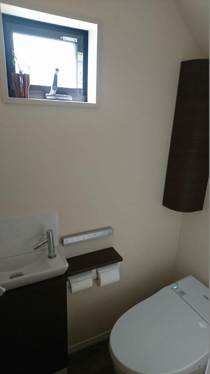 WEB内覧会1階トイレ0.75帖の狭いトイレの明るさチェック