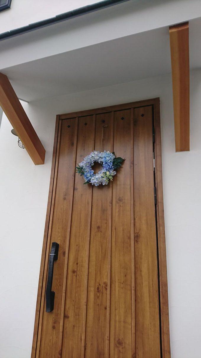 紫陽花(アジサイ)のリースと木目調玄関ドア