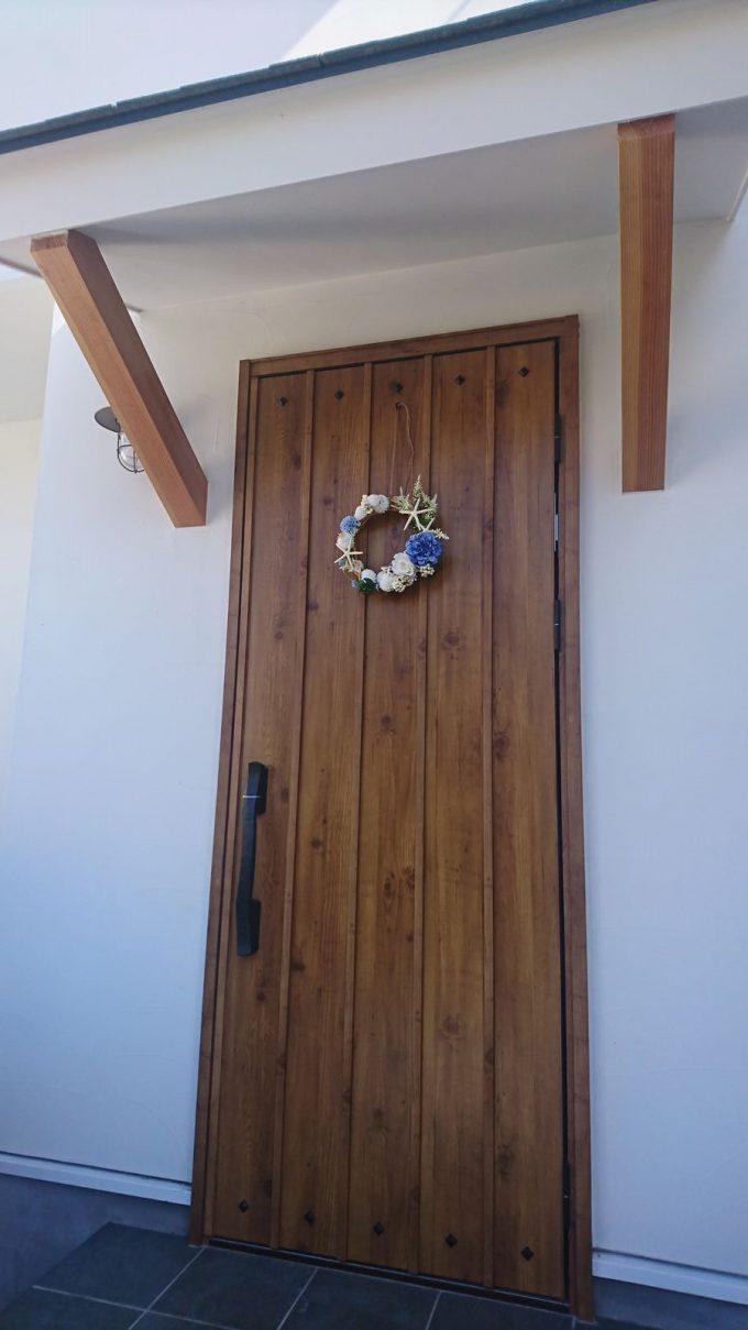 【玄関リース】花と貝殻・サンゴの海っぽい夏リース&木目調玄関ドア2
