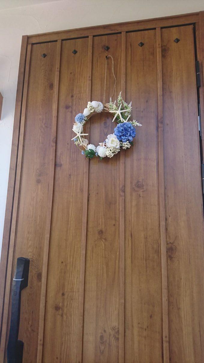 【玄関リース】花と貝殻・サンゴの海っぽい夏リース&木目調玄関ドア