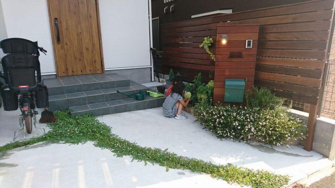 オープン外構にヒメイワダレソウと花壇3