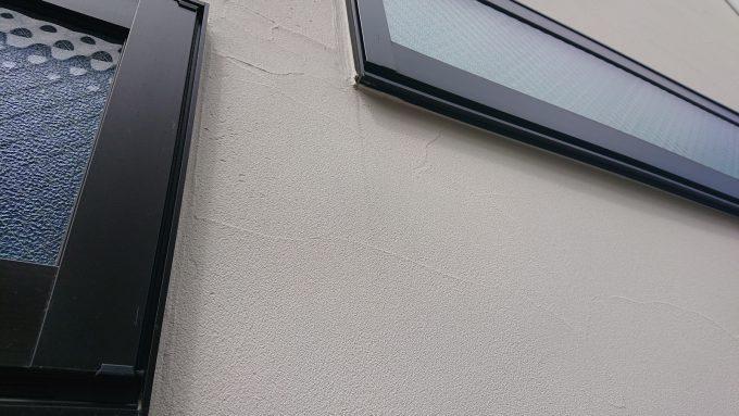 ジョリパットの白い外壁よごれチェック窓の雨垂れ