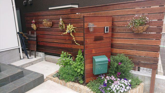 玄関アプローチの花壇とウッド門柱&フェンス