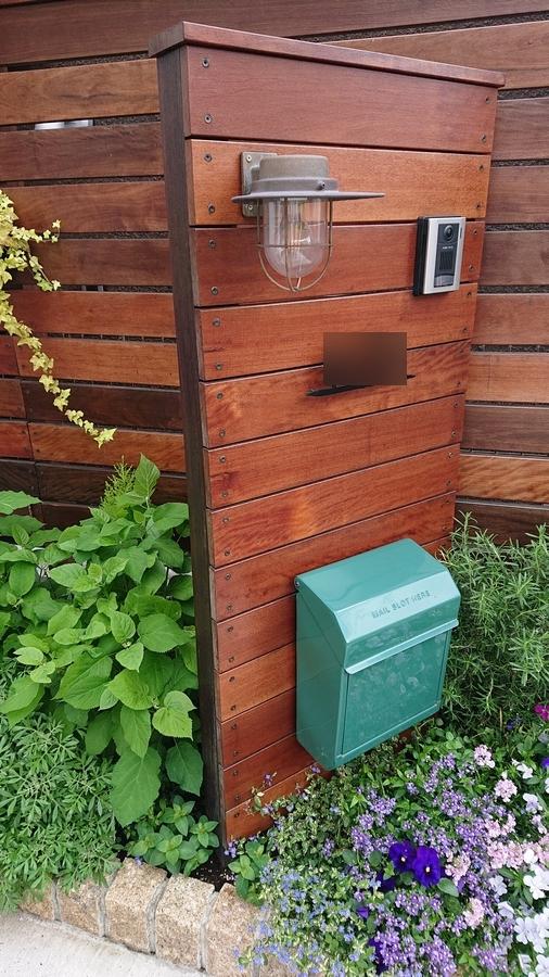 花壇とウッド門柱・マリンライトの照明・アイアン表札・スチールポスト