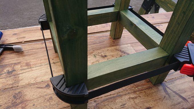 【DIY】スツール製作・木ダボ&ボンドで継いだ脚と補強材をベルトクランプで固定