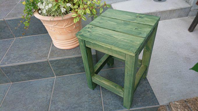 ガーデニング用の木製スツールと寄せ植え