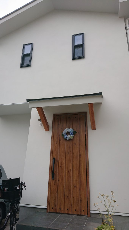 ジョリパットの白い外壁経年変化1年6ヶ月経過時点・北側玄関と外壁全体